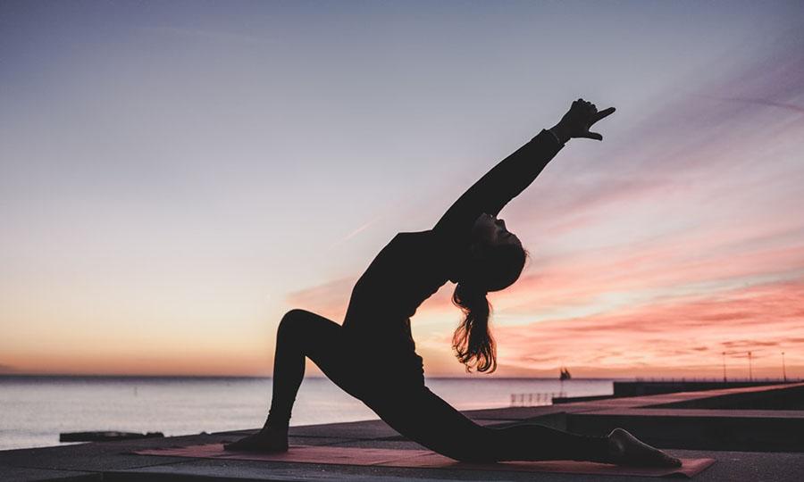 Während das Coronavirus uns weiterhin einschränkt, kann Yoga die richtige Alternative für dich sein!